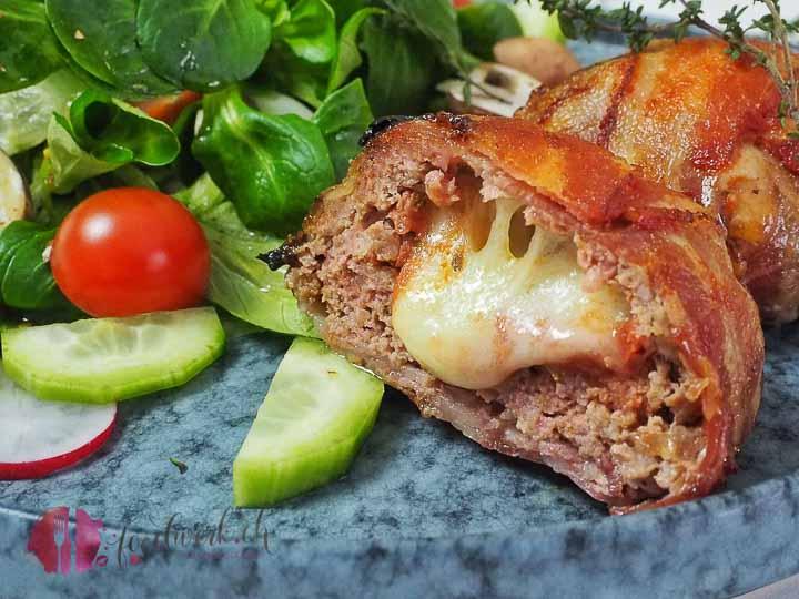 Hackfleisch ist vielfältig einsetzbar. Die Hackfleisch Bomben mit Käse sind Low Carb und unschlagbar gut.