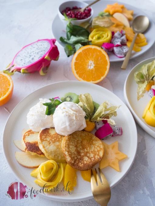 Kokos Pancakes (glutenfrei und lowcarb) mit Früchten und Eis