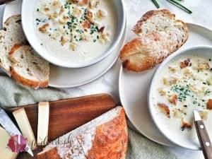 Kappeler Milchsuppe in Schalen mit Brot und Käse