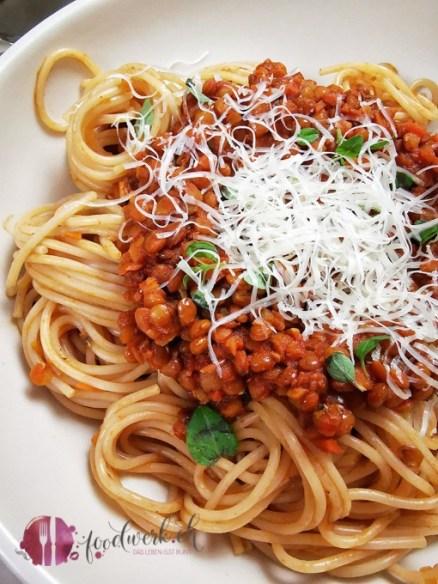 Linsenbolognese auf Dinkel Spaghetti mit frischem Basilikum