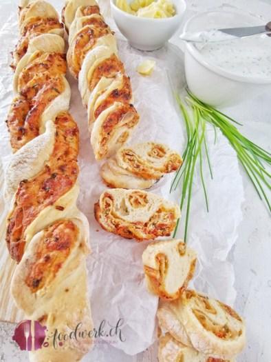 Herrlich knuspriges Apero Twist Brot mit Schnittlauch, Frischkäse und getrockneten Tomaten