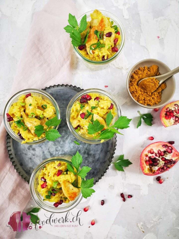 Reissalat mit Curry im Glas serviert