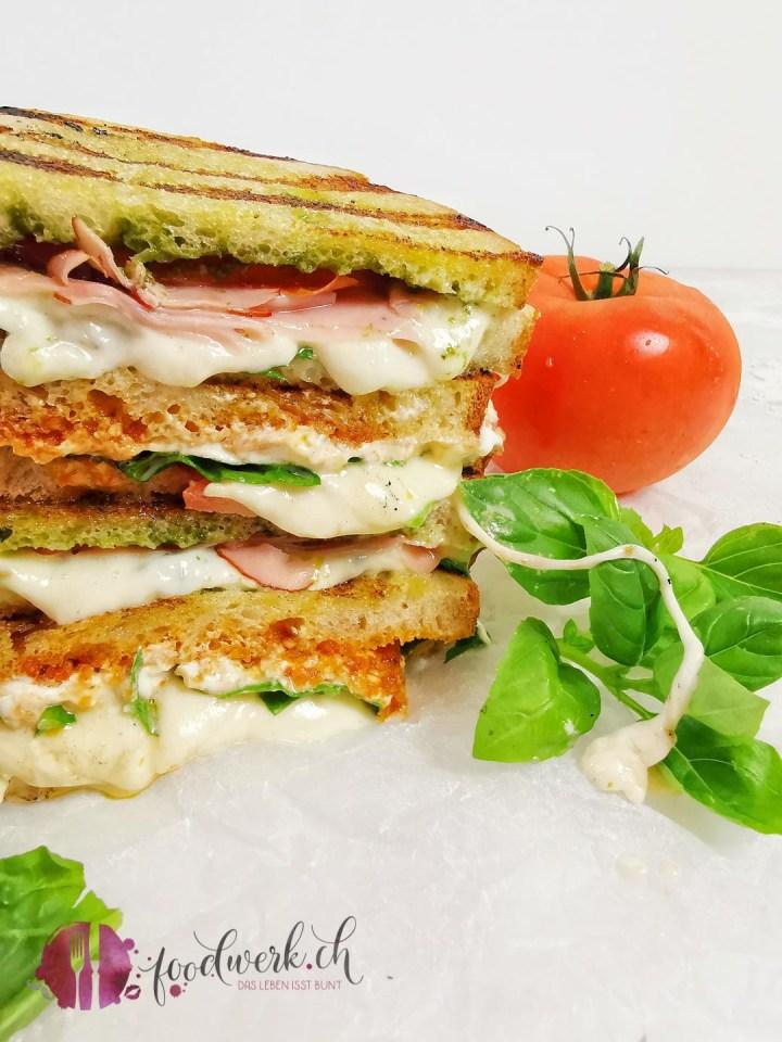Sandwich mit verschiedenen Zutaten vom Grill