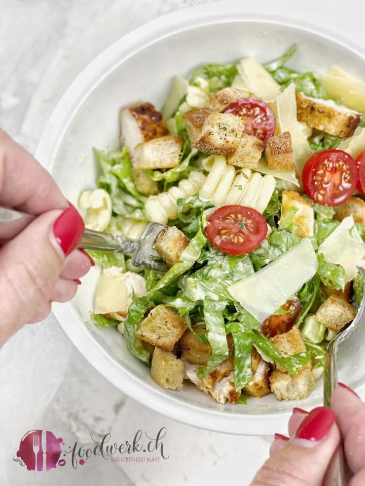 Salat Caesar Art wird in der Bowle mit Salatsauce gemischt