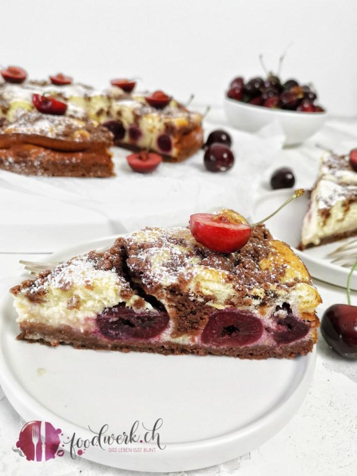 Herrlich saftiger Kirschenkuchen mit Quark und feinen Schokoladenstreuseln
