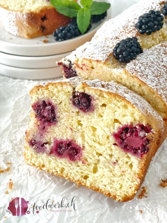 Joghurt-Cake mit Brombeeren anschnitt nah