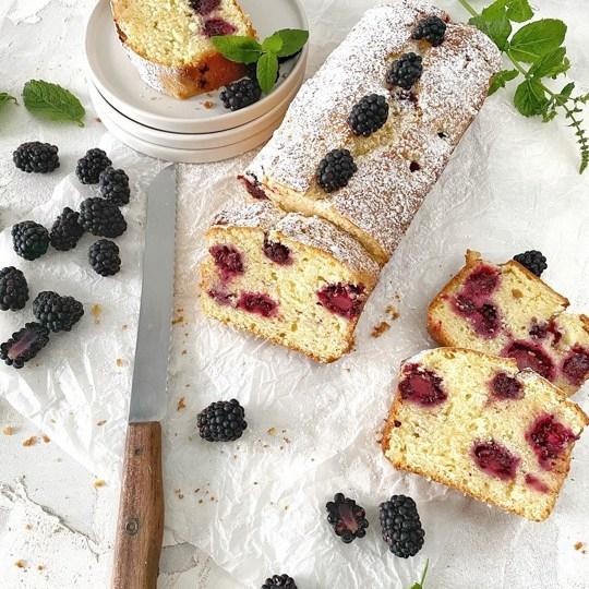 Joghurt-Cake mit Brombeeren mit Messer
