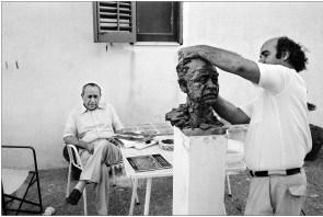 leonardo-sciascia-con-lo-scultore-leonardo-cascio-racalmuto-1986-foto-angelo-pitrone