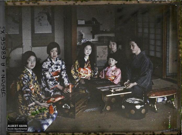 Résidence de la famille Kitashirakawa (intérieur), la princesse Kitashirakawa (Fusako), ses trois filles (prénommées Mineko, Sawako et Taeko) et leur cousine, la princesse Takeda Ayako, Takanawa, quartier de Minami, arrondissement de Shiba, Tôkyô, Japon, 1926-1927, (Autochrome, 9 x 12 cm), Roger Dumas, Département des Hauts-de-Seine, musée Albert-Kahn, Archives de la Planète, A 68 656 XS