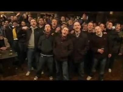 Un coro di hooligans
