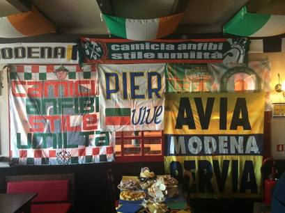 Venezia Mestre: sciarpa e stendardo skinhead