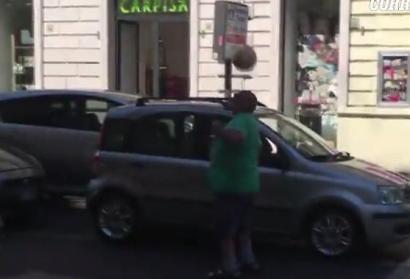 calciatore chiede elemosina semaforo roma