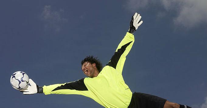 Le gardien international nigérian Pete Lwilanu signe à Manchester City