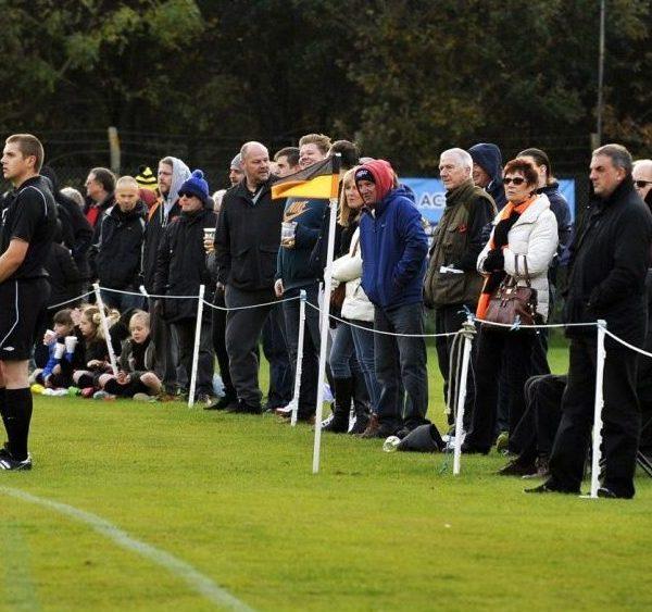 Guide to Wokingham & Emmbrook FC and the Lowther Road ground