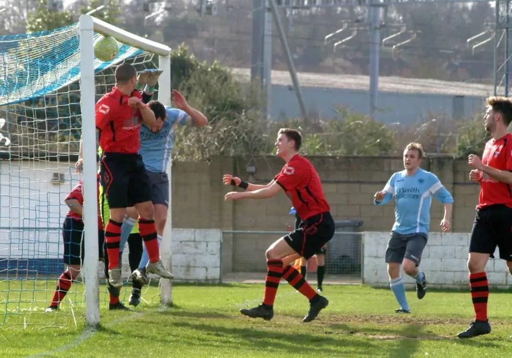 Pablo Fernandez's corner hits the net. Photo: Peter Toft.