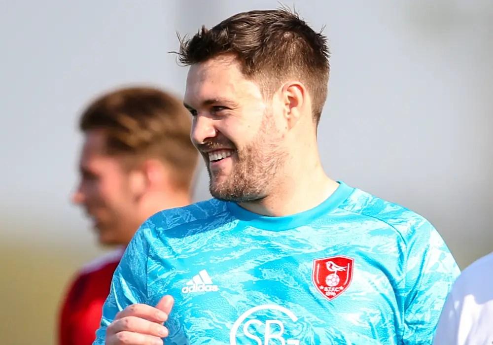 Bracknell Town goalkeeper Mark Scott. Photo: Neil Graham.