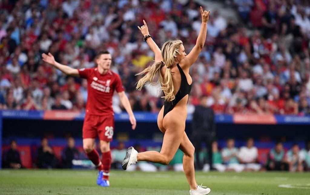 च्याम्पियन्स लिगको फाइनल चलिरहँदा महिला लुगा फालेर मैदानमा दौडिएपछि …. (भिडियो)