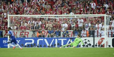 Drogba slots home to win the Champions League