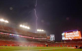 Lightning delays Buccaneers and Rams