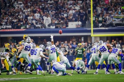 Rob Vernatchi watches line play on a field goal (Green Bay Packers)