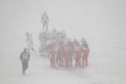 Brad Allen's crew works in the snow (Buffalo Bills)