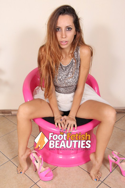 Elettra03 - sexy bare feet