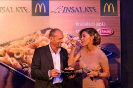 Belen Rodriguez e il primo assaggio dell'insalata di pasta Barilla