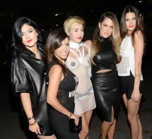 Miley Cyrus e le sorelle Kardashian | © /Getty Images