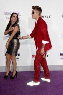 Justin Bieber e la madre sul tappeto viola | © Getty Images
