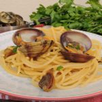 Spaghetti con vongole veraci e zafferano
