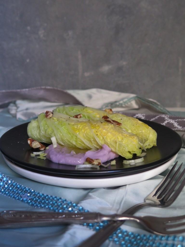 Involtini di verza con ricotta e zucca su crema di patate viola