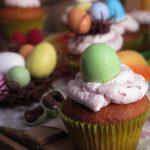 Cupcake alla mandorla con frosting al mascarpone e lamponi