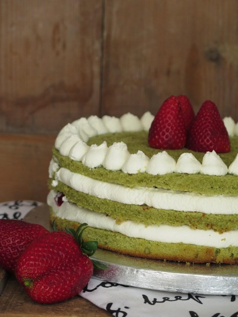 Torta thè matcha con mascarpone e fragole