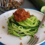 Spaghetti di zucchine con pesto di pomodori secchi