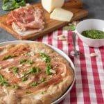 Pizza marchigiana con caciotta di Urbino e prosciutto Carpegna