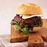 Hamburger di marchigiana con brie e cipolle caramellate