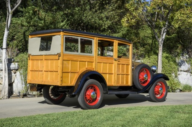 1932-Ford-woodie-02-sm-700x467