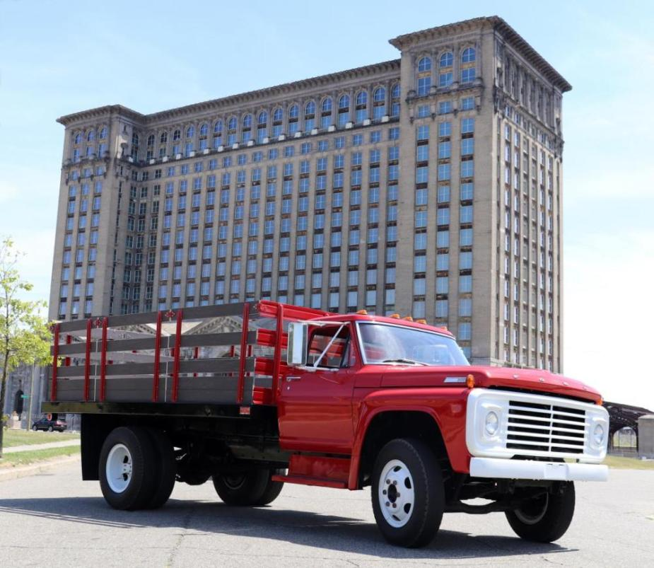 1967 Ford F-700 Front Far
