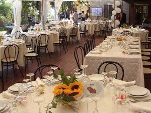 Pranzo di nozze con tensostruttura all'aperto