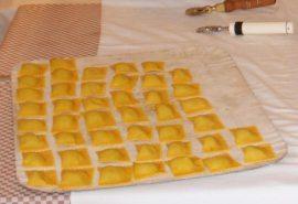 """Toretelli fatti a mano dalle """"rasdore"""" del Ristorante Foresteria San Benedetto"""