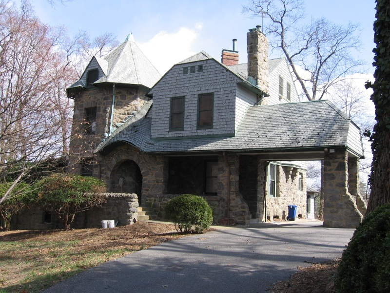 This 2005 photo of the Owl's Nest before its restoration shows the porte-cochère, or carriage porch (right).