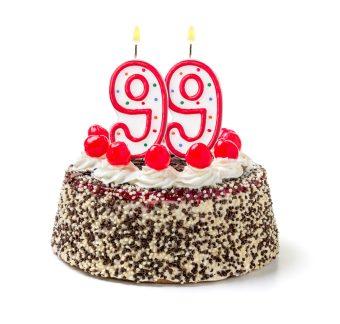Geburtstagstorte mit brennender Kerze Nummer 99