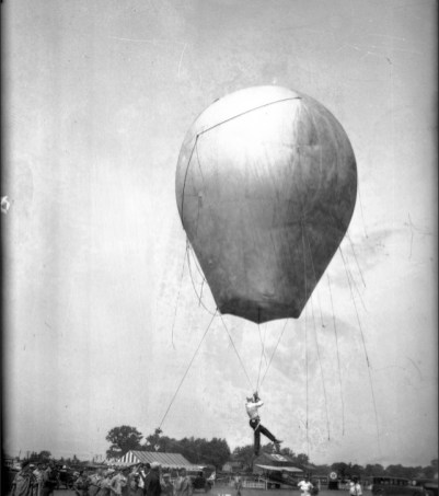 Jack Cope prepares for an aerial hot-air balloon stunt in the 1920s. | Chicago Tribune Archive