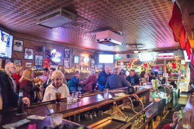 Attendees mingle and enjoy drinks. | Alexa Rogals/Staff Photographer