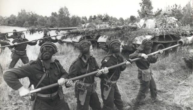 Polish tank crewmen with PM-63 machine pistols