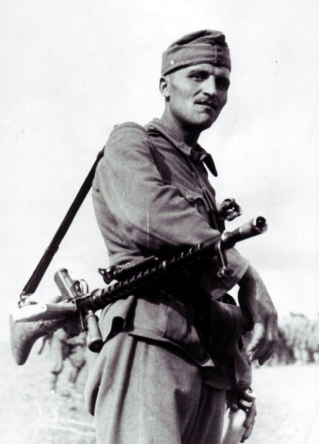 MG30 with Hungarian trooper