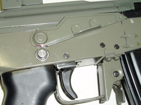 FFV-890C, Model-2, Right side with cross-safety button. Note modified right-selector and the changed magazine-release and trigger-guard. The trigger appears to have been swapped with one from a HK-G3