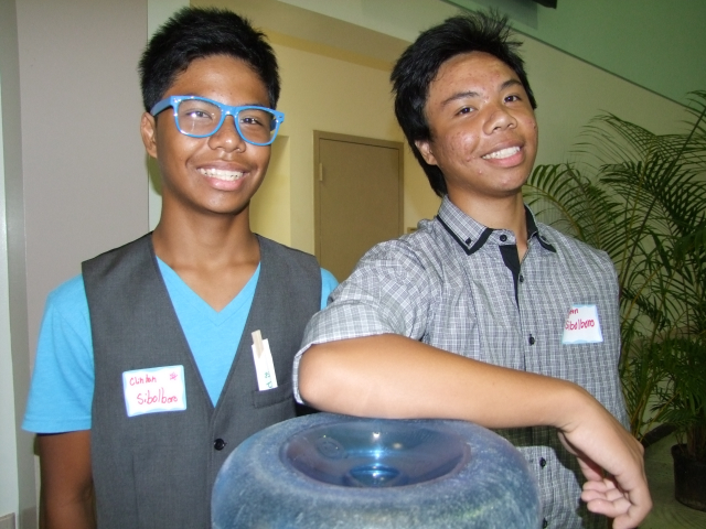 Kaua`i High School Key Club volunteers Clinton Sibilboro (l) and Bron Sibolboro