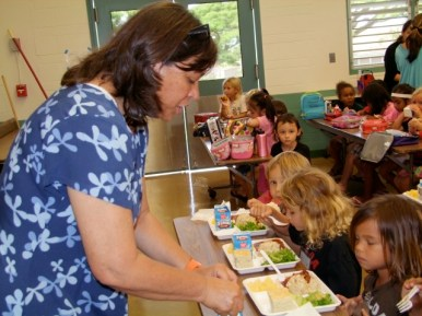 Debbie Lindsey keeps an eye on keiki in the lunchroom. Photo by Anne E. O'Malley