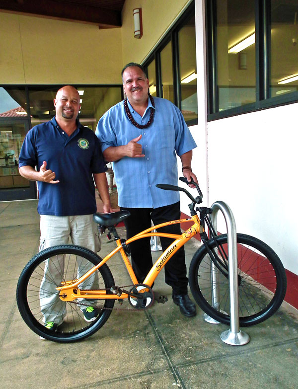 Randall Wilson thanks Mayor Bernard Carvalho, Jr. for responding to his request to have bike racks installed at the Līhu'e Civic Center.